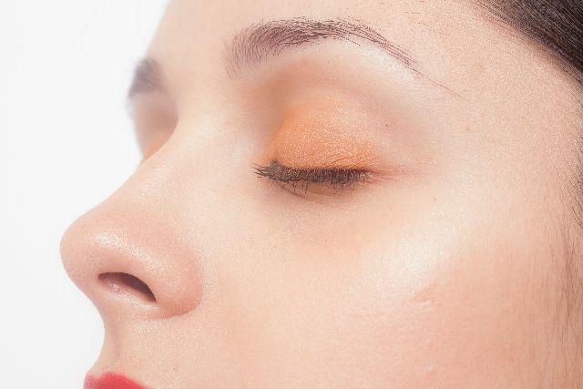 鼻と目元のアップの女性の写真