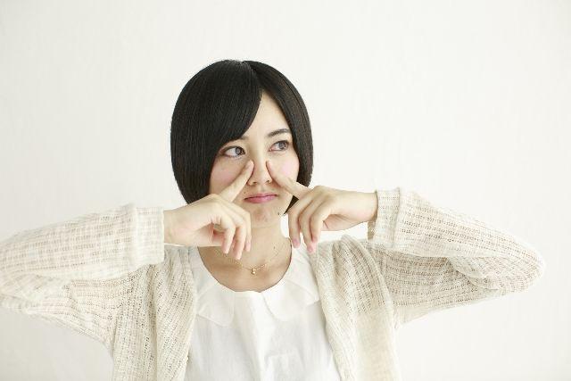 毛穴体操で、角栓が取りやすい肌にする毛穴体操をする女性
