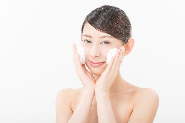 洗顔時にゴシゴシ洗っている女性の写真