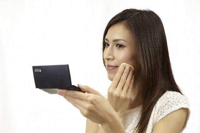 メイクをしている女性の写真