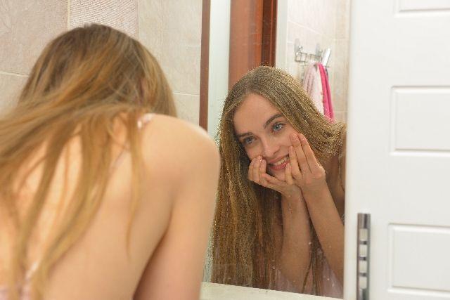 1日に何度も洗顔をしている女性の写真