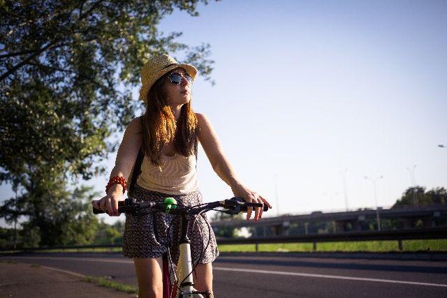ストレス解消の為に自転車でサイクリングをする女性の写真