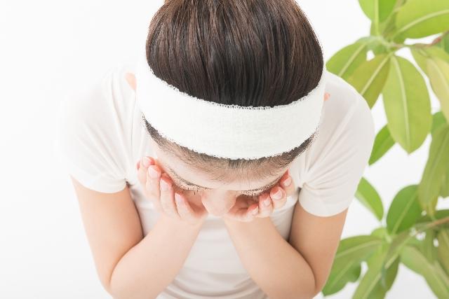 メイクを落とす為にクレンジング、洗顔を行っている女性の写真