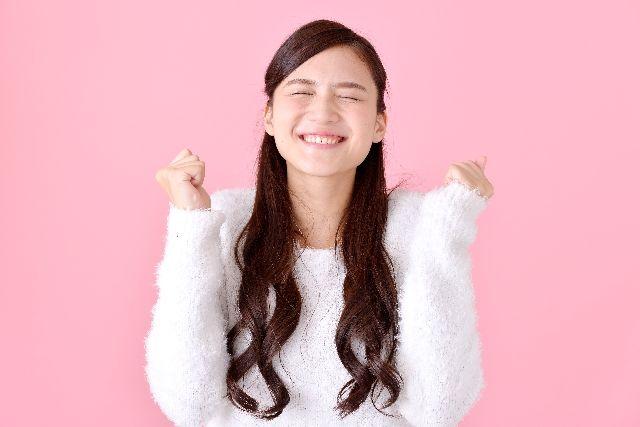 正しい洗顔を行う方法のメリットを理解して喜ぶ女性のイメージ写真