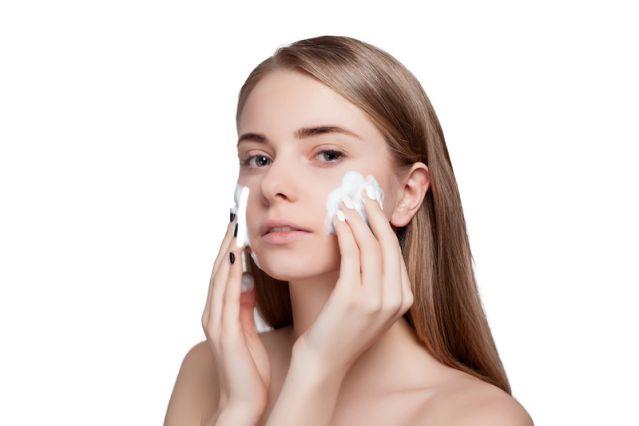 洗顔のしすぎをしている女性の写真
