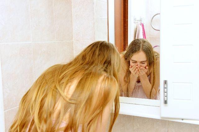 洗顔し過ぎている女性の写真