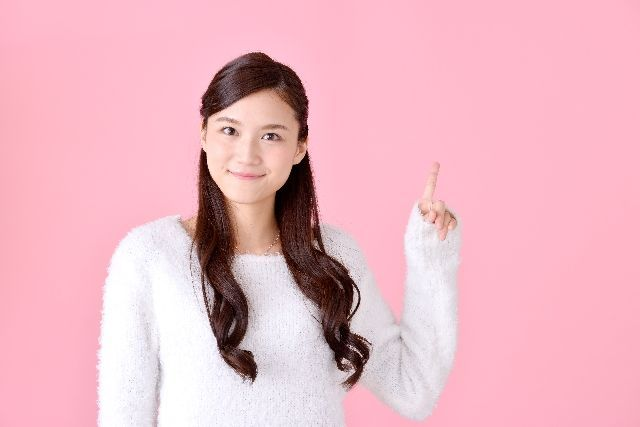 洗顔ブラシのメリット、利点とは何かを説明する女性の写真