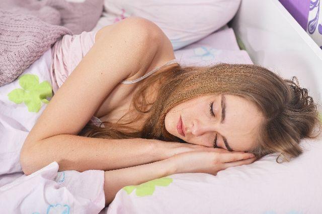 睡眠不足の解消のために、熟睡している女性