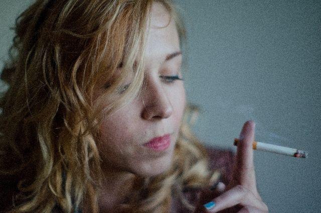 タバコを吸う女性の写真