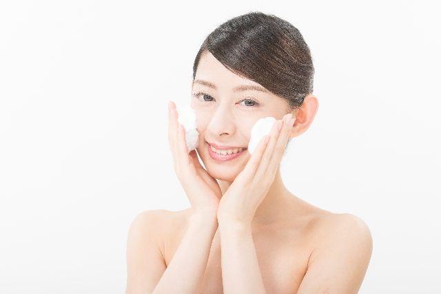 正しい洗顔方法を実践する女性の写真