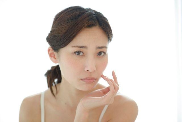 新陳代謝が遅れて、お肌のターンオーバーが遅くなって悩む女性の写真