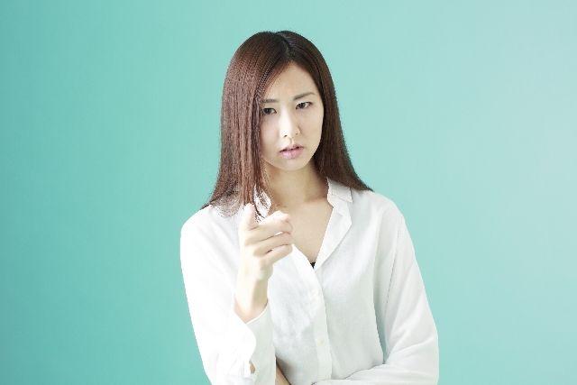 皮脂の分泌、角栓対策の食事の注意点を指摘する女性の写真