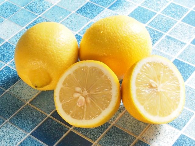 ビタミンCを含む食品の代表のレモンの写真