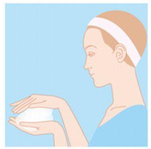 洗顔料で泡を作っているイラスト