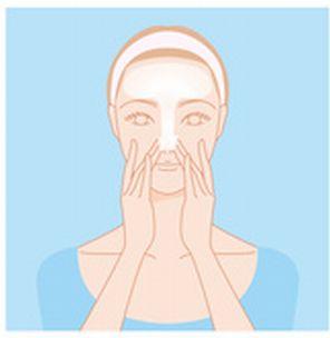 額から鼻のTゾーンにかけて洗顔料の泡をのせるイラスト