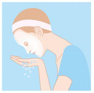 顔にのった洗顔料をぬるま湯で洗い流すイラスト