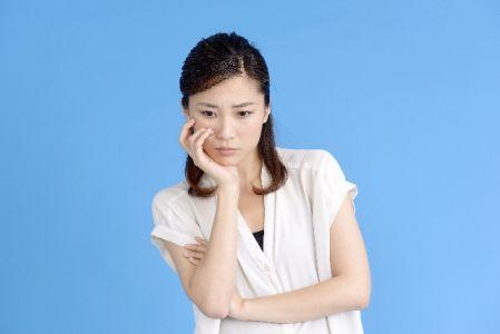 ニキビ跡対策で悩む女性の写真