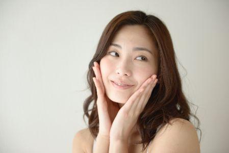 肌のたるみの予防の効果を実感する女性のイメージ写真
