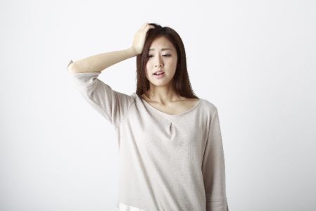 くすみ対策で悩む女性のイメージ写真
