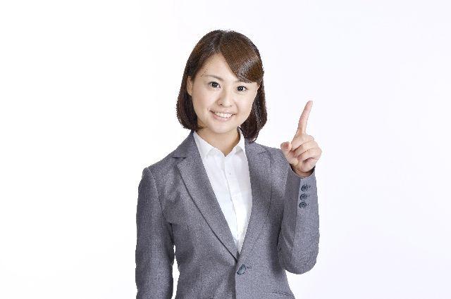 角栓培養のやり方やポイントを説明する女性の写真