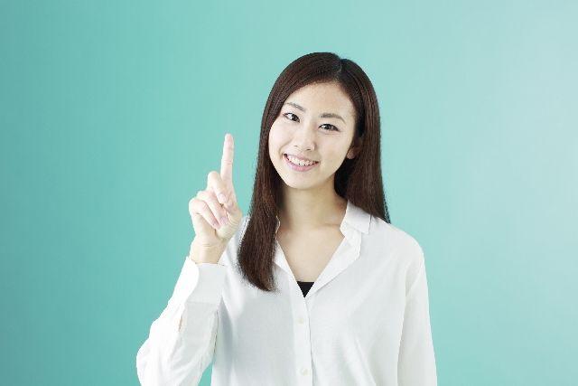 鼻の毛穴の体操方法を説明する女性の写真