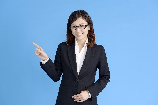 お腹痩せのポイントを紹介する女性のイメージ写真