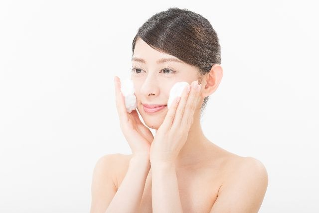 重曹洗顔をする女性のイメージ写真