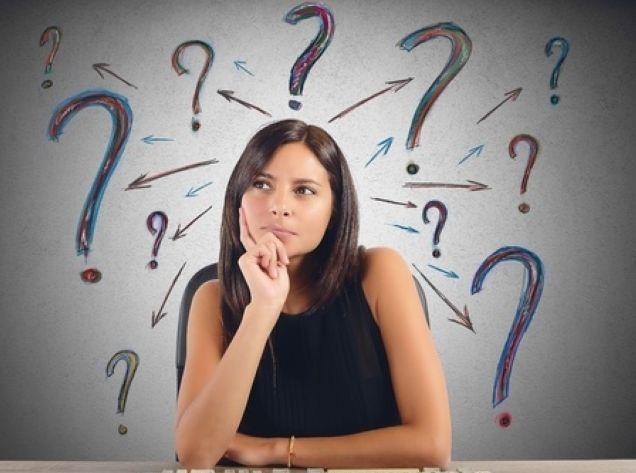 疲れやすいと言った症状の原因が何か考える女性の写真