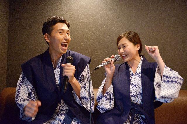 ストレス解消で、カラオケを歌うカップル
