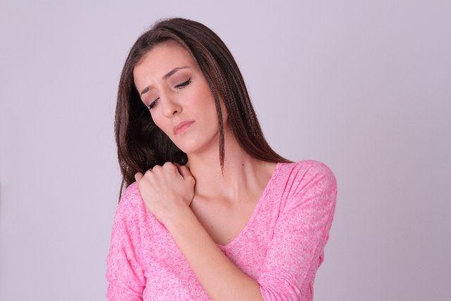 食欲不振で体調不良でつらい女性の写真