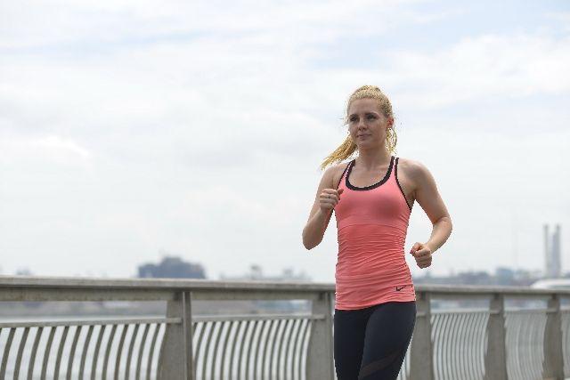 運動している女性の写真