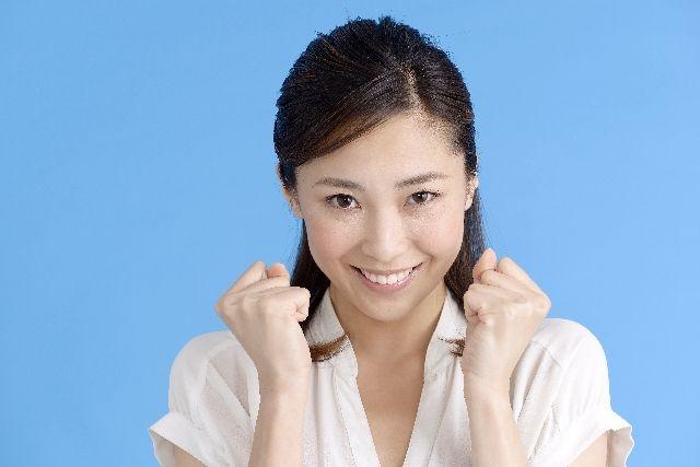 血流を良くする方法として、規則正しい生活に喜ぶ女性のイメージ写真