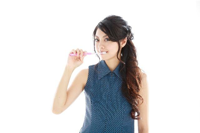 口臭の予防対策、改善方法として歯を磨く女性の写真