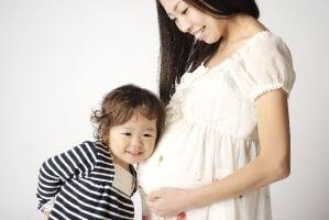 妊娠している女性と子供の写真
