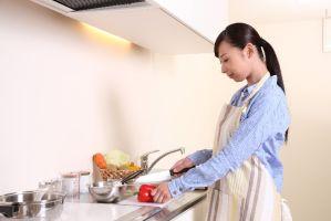 料理をする女性の写真